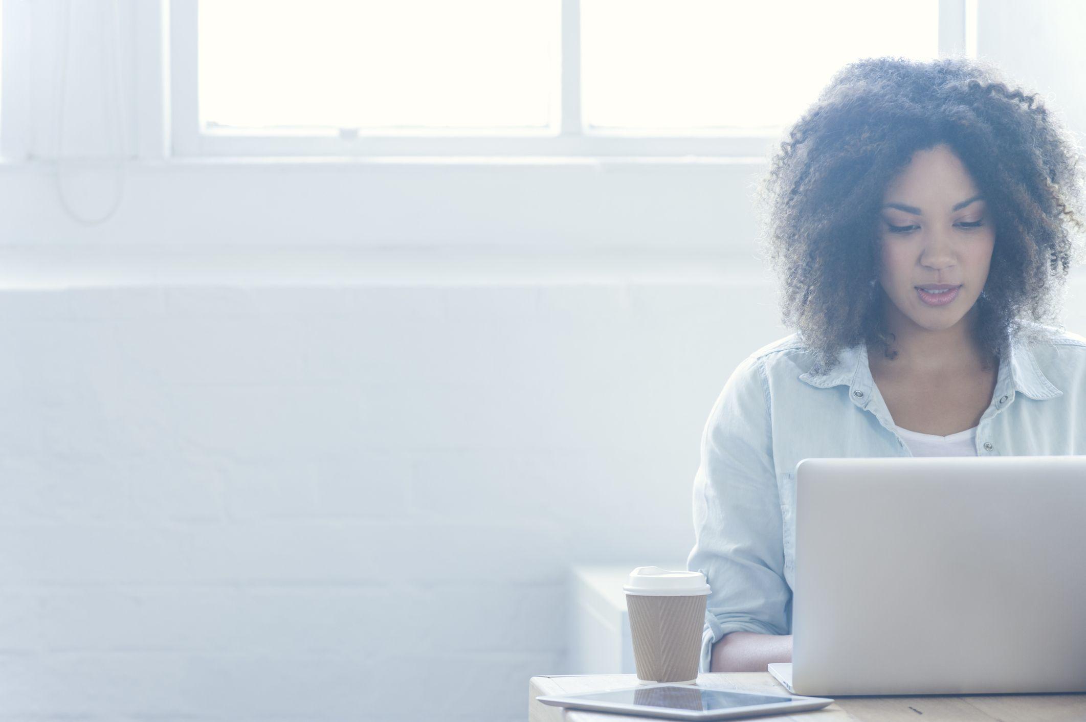 mulher-computador-emprego
